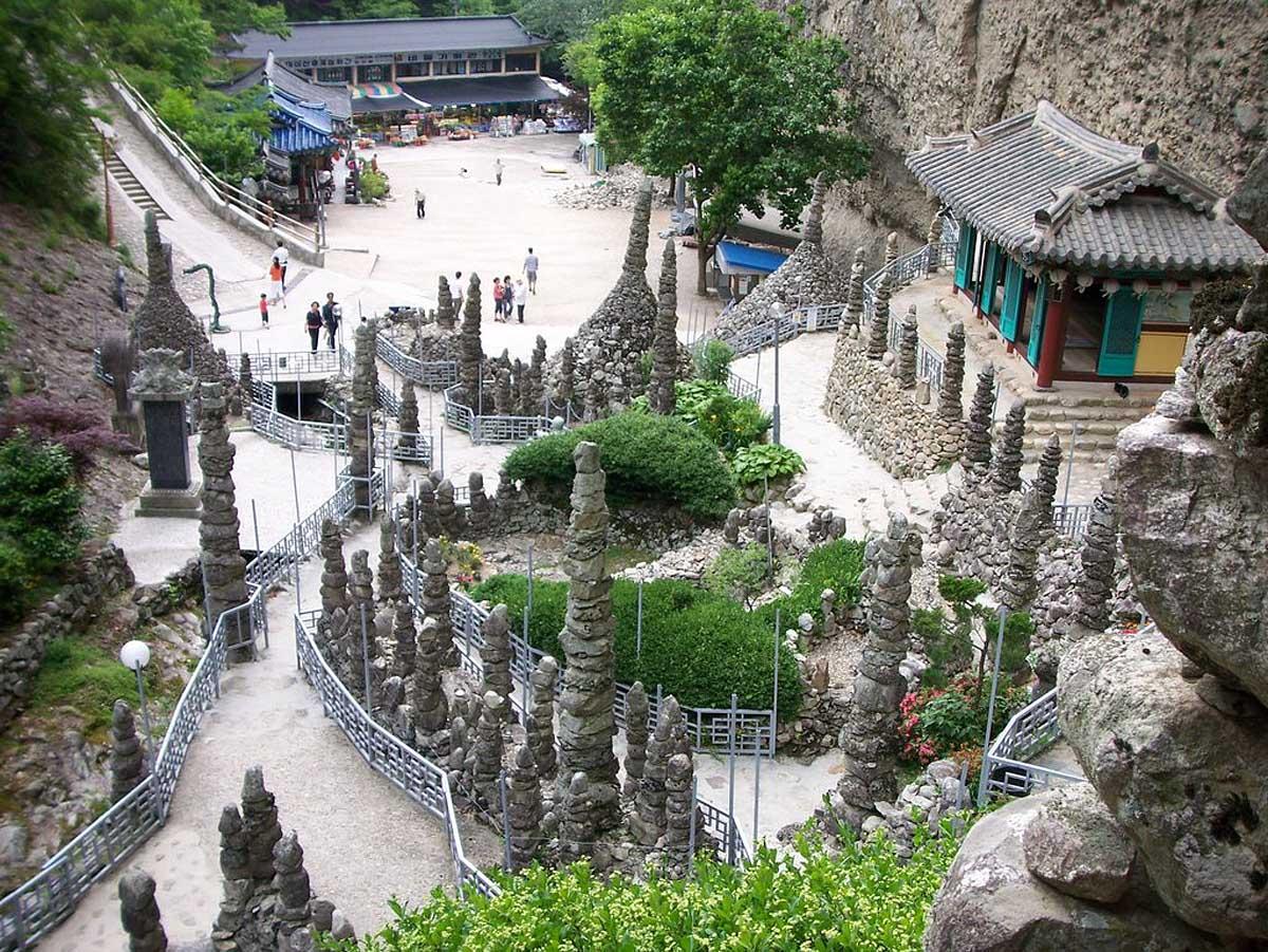 каменные башни на горе Майсан