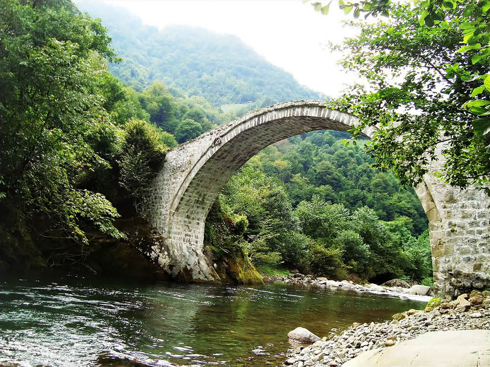 мост близ водопада Махунцети