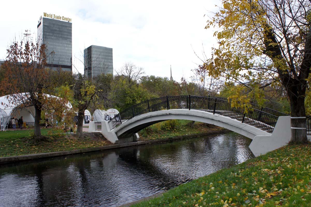мост в парке Красная Пресня, Москва, Россия