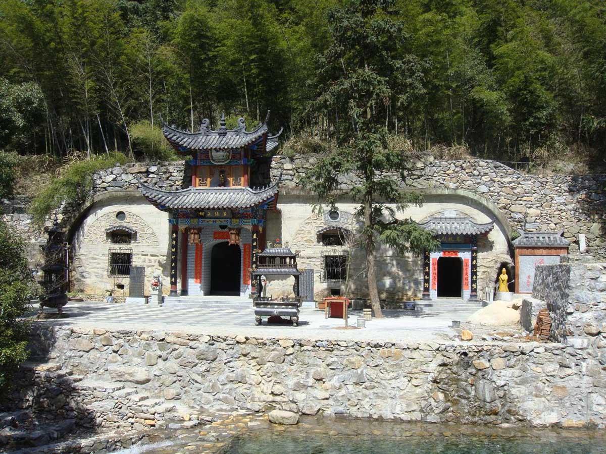 святые источники в горах Лушань