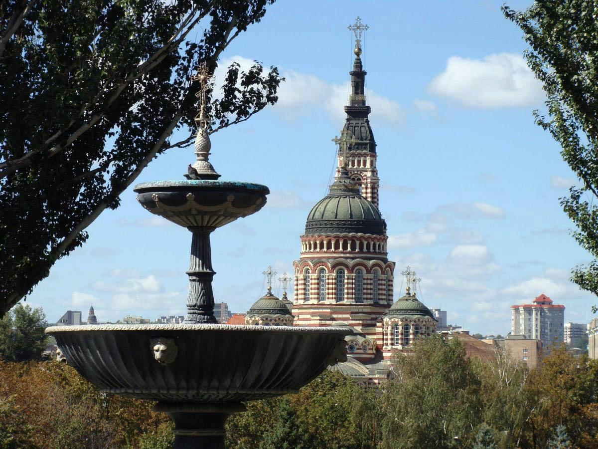 вид на Благовещенский собор из-за фонтана Покровского сквера