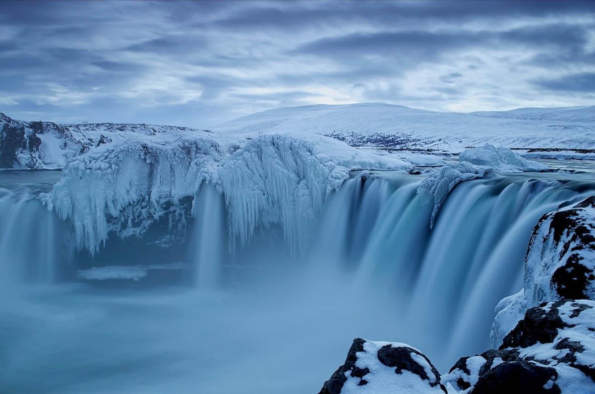 замерзший водопад в Исландии