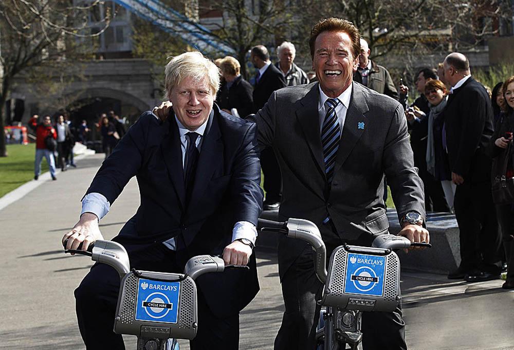 Борис Джонсон и Арнольд Шварцнеггер на велосипедах в Лондоне