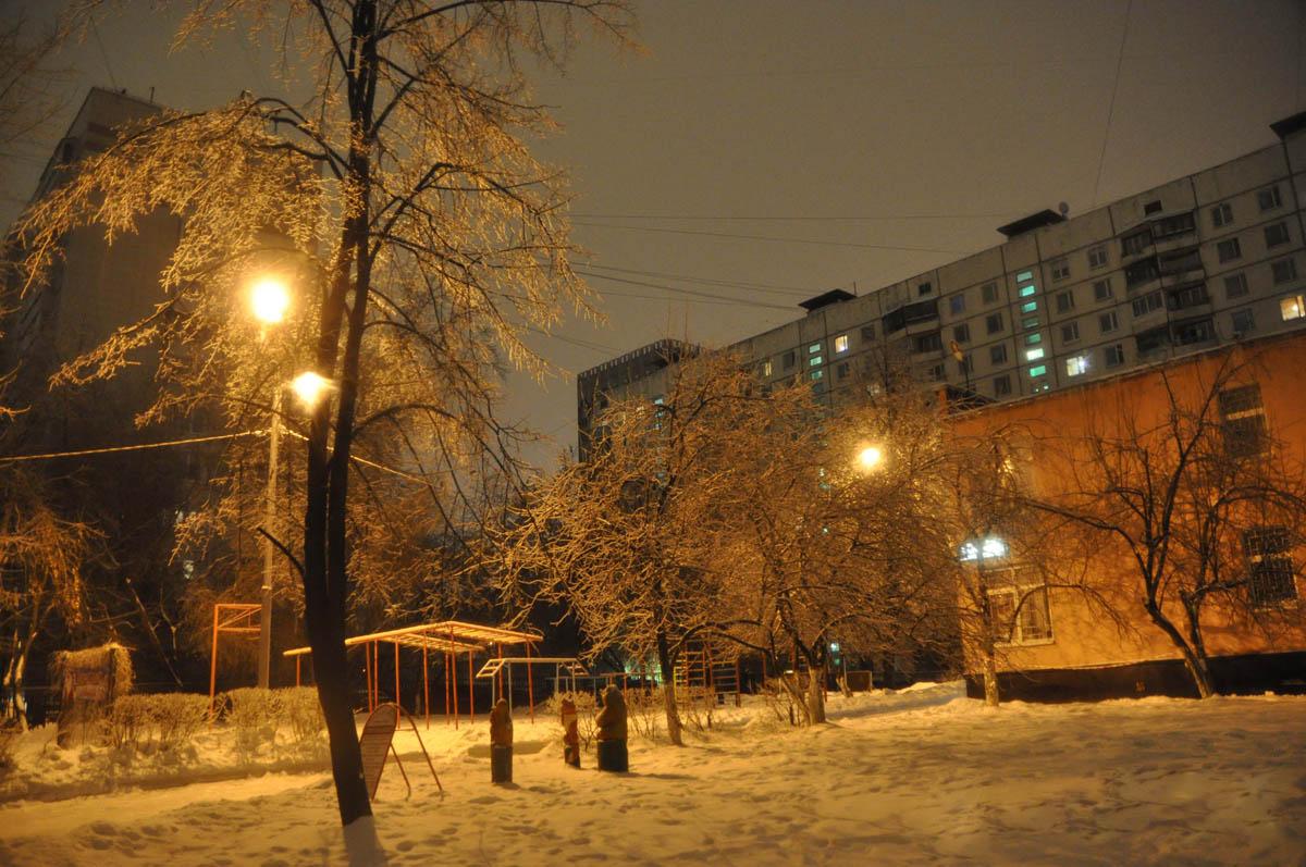 детская площадка в Марьиной роще ночью