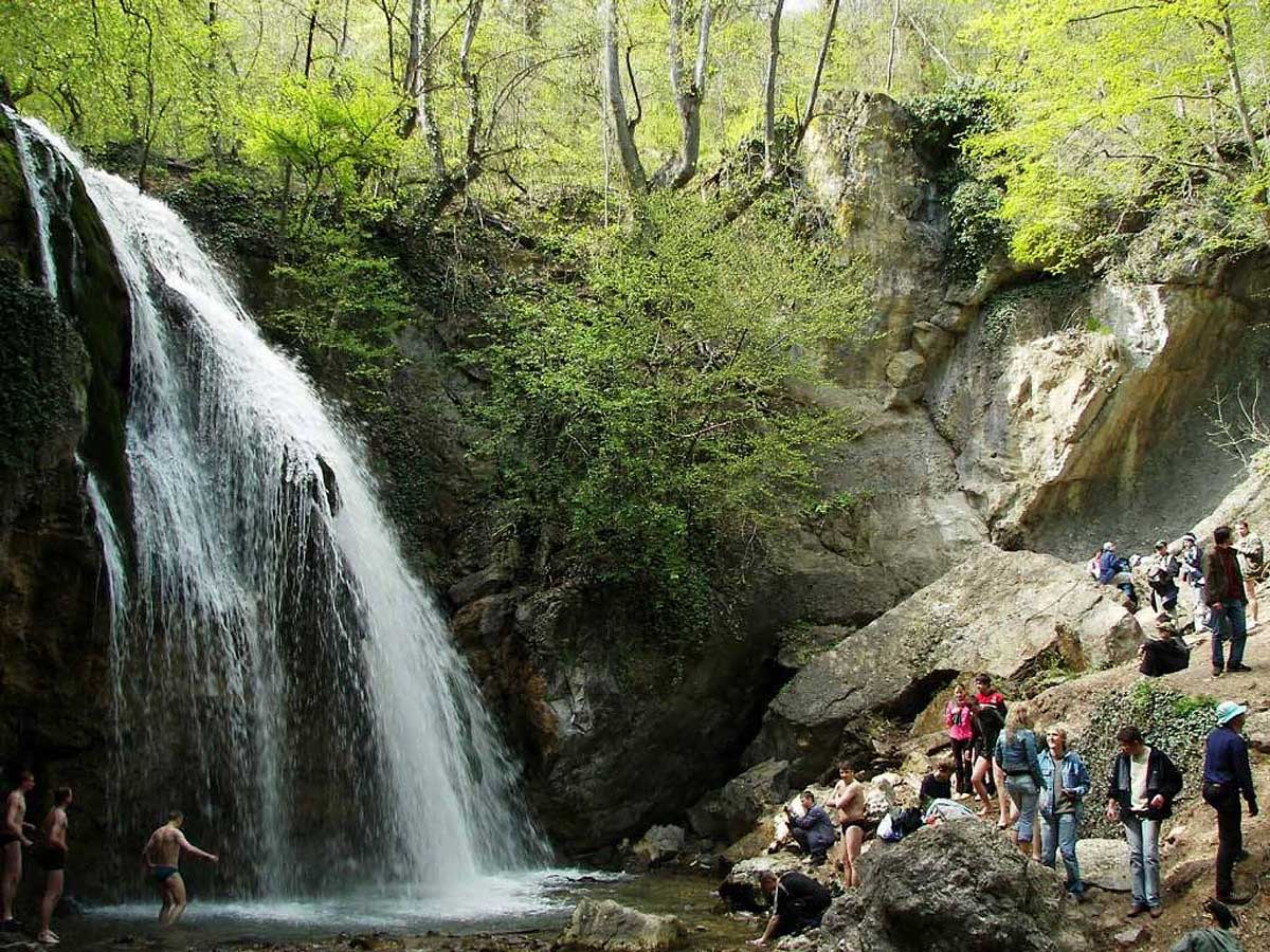 купание в водопаде Джур-Джур