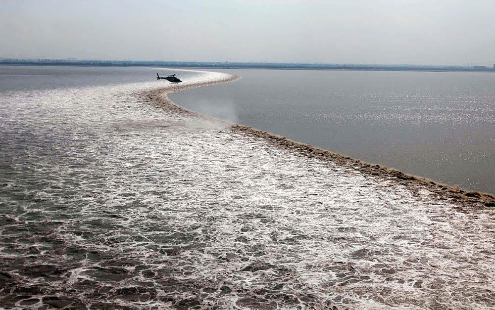 приливная волна на реке Цяньтан, Китай