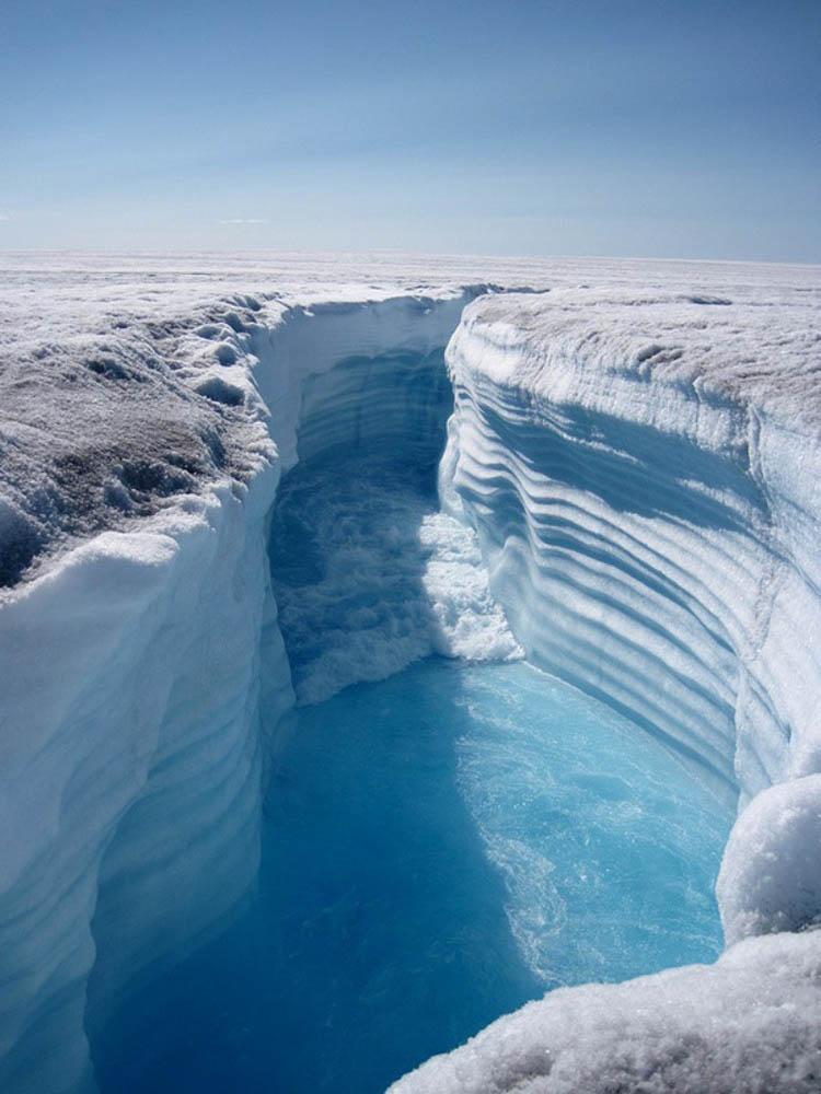 приливная волна в Ледяном каньоне Гренландии