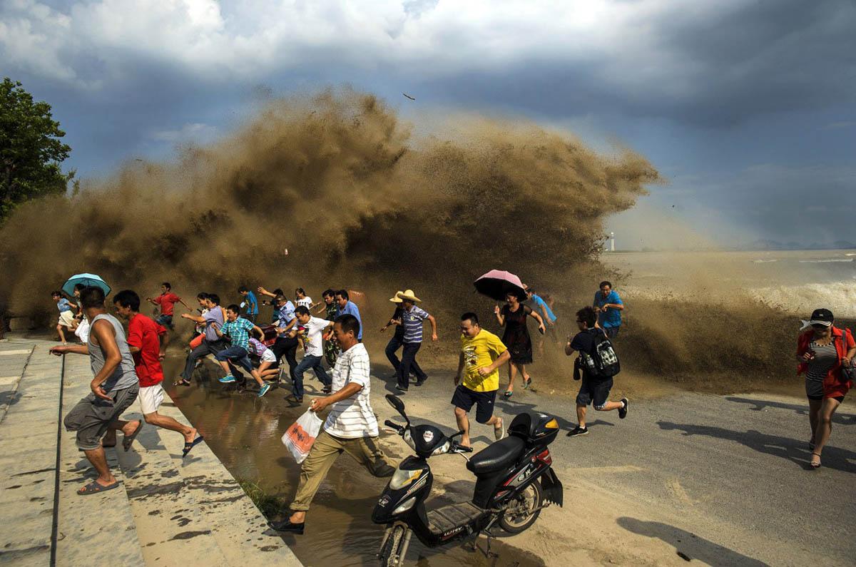 разрушительная приливная волна на реке Цяньтан, Китай