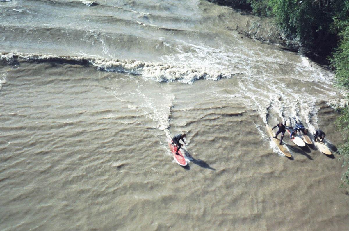 серфингисты на реке Северн во время прилива
