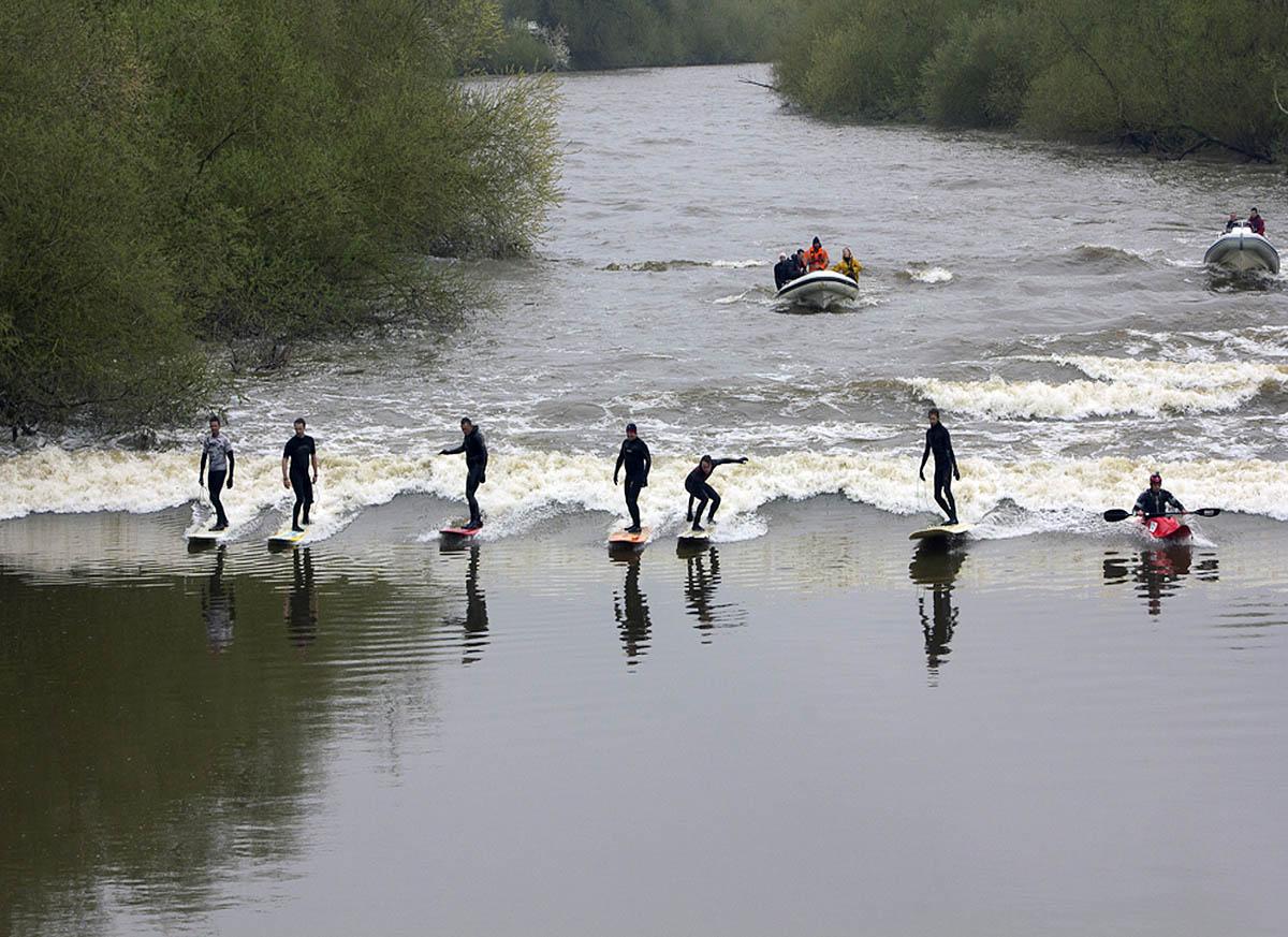 серфингисты на реке Северн