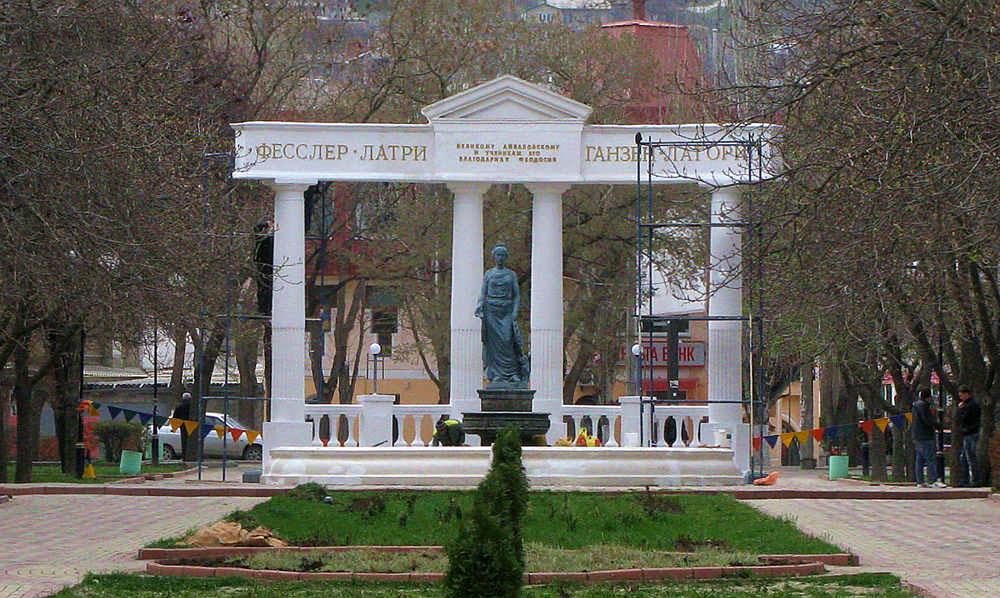 памятник Доброму Гению, Феодосия, Крым