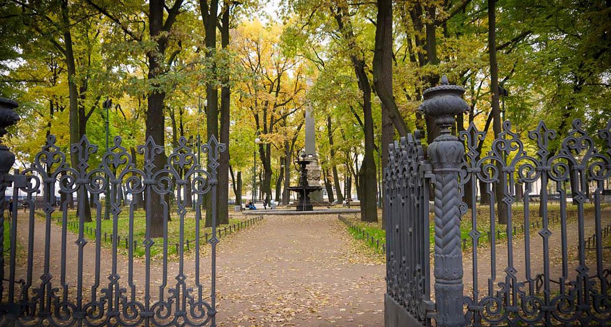 вход в Румянцевский сад, вид на фонтан и обелиск