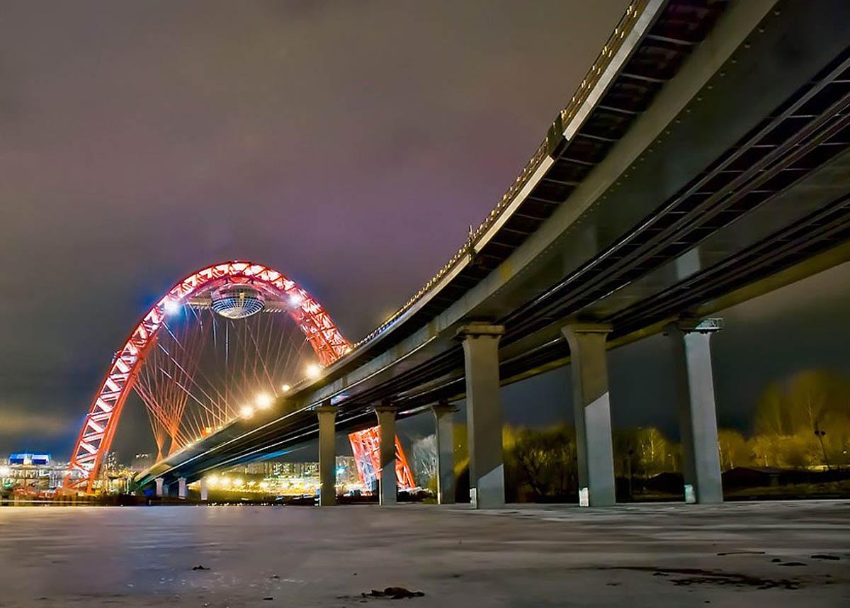 мост на искусственный остров ночью