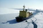 ледокол Красин раскалывает льды