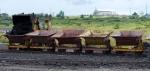 трактор с вагонетками добывает природный асфальт