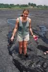 вязкий асфальт озера Пич-Лейк поглощает туристку