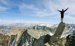 скалолаз на вершине горы