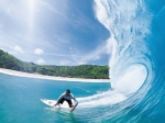 серфер покоряет волны