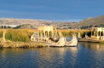 Тростниковые лодки и плавучие острова уросов на озере Титикака в Перу