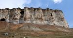 гора Ак-Кая и вход в пещеру Алтын-Тешик