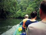 туристы плывут на водном такси в Брунее