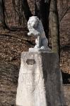 лев у входа в парк Высокий замок