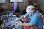женщины готовят кокосовый десерт