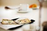 чаевые на столике
