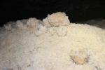 снежный сугроб в Оптимистической пещере