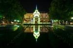 фонтан Зеркальная струя вечером